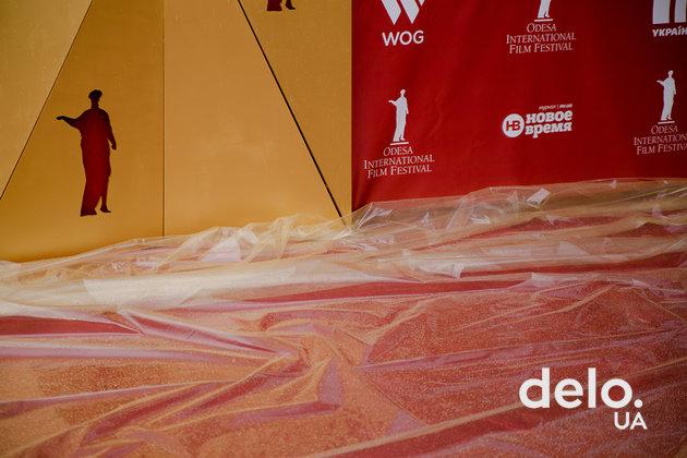 Красную дорожку Одесского кинофестиваля развеселил дождь — фото