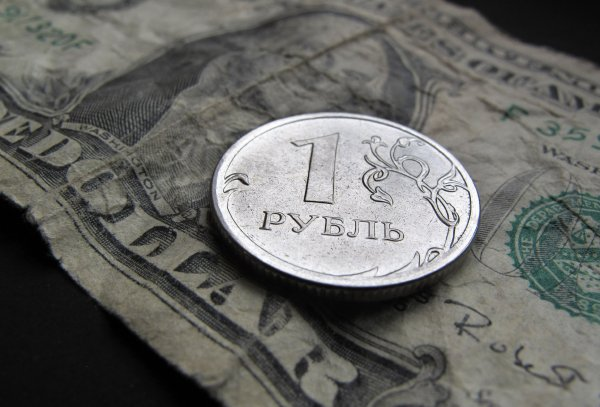 Последствия санкций США: Впервые с 2016 года доллар превысил 68 рублей