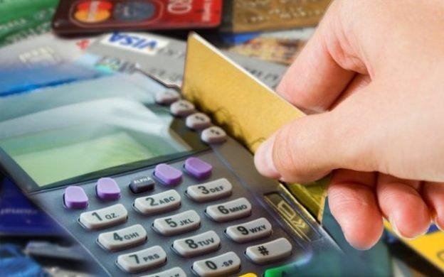 Украинцы стали меньше рассчитываться карточками