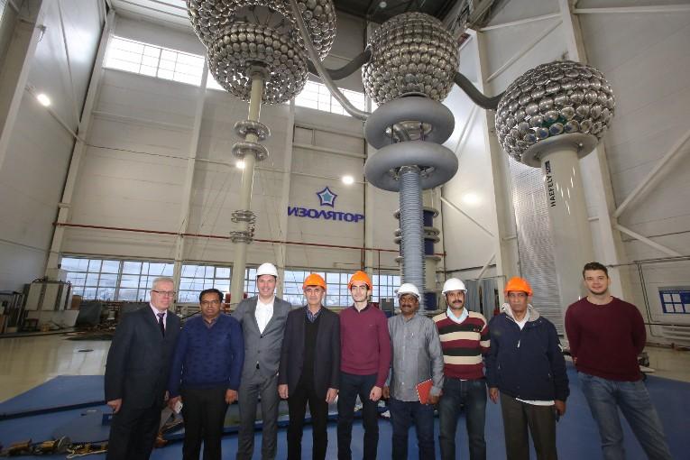 Участники испытаний вводов для TSTRANSCO и TTDI в испытательном центре завода «Изолятор»