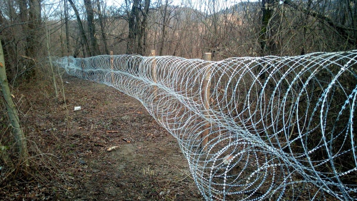 На Закарпатье пограничники устанавливают колючую проволоку для борьбы с контрабандой