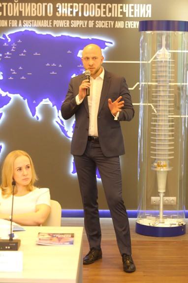 Докладывает директор направления стратегических продаж компании «Изолятор» Александр Савинов