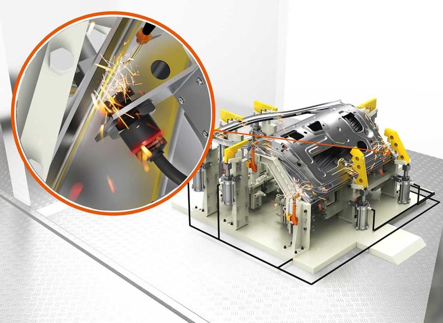 Индуктивные датчики приближения Автоникс используются для определения местоположения автомобильных дверей во время точечной сварки
