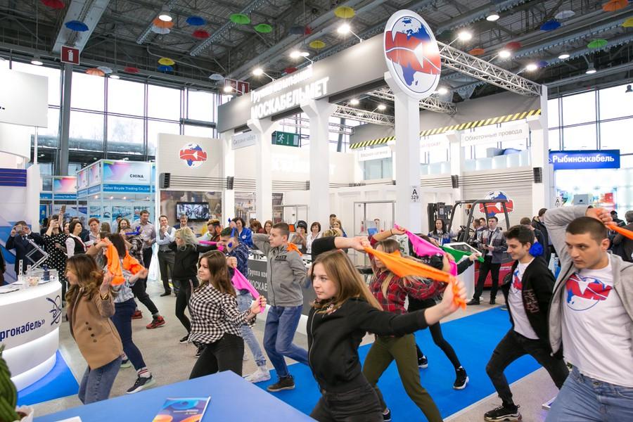 Ровно в 14.00 под внезапно заигравшую громкую музыку ничем не выделяющиеся люди из числа посетителей вдруг стали танцевать