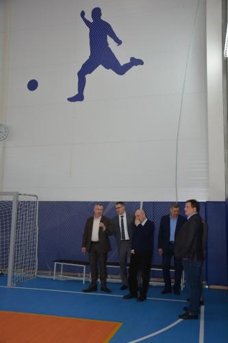 Руководство ГК «Севкабель» и НИИ «Севкабель» осматривает спортивный зал компании «Изолятор»