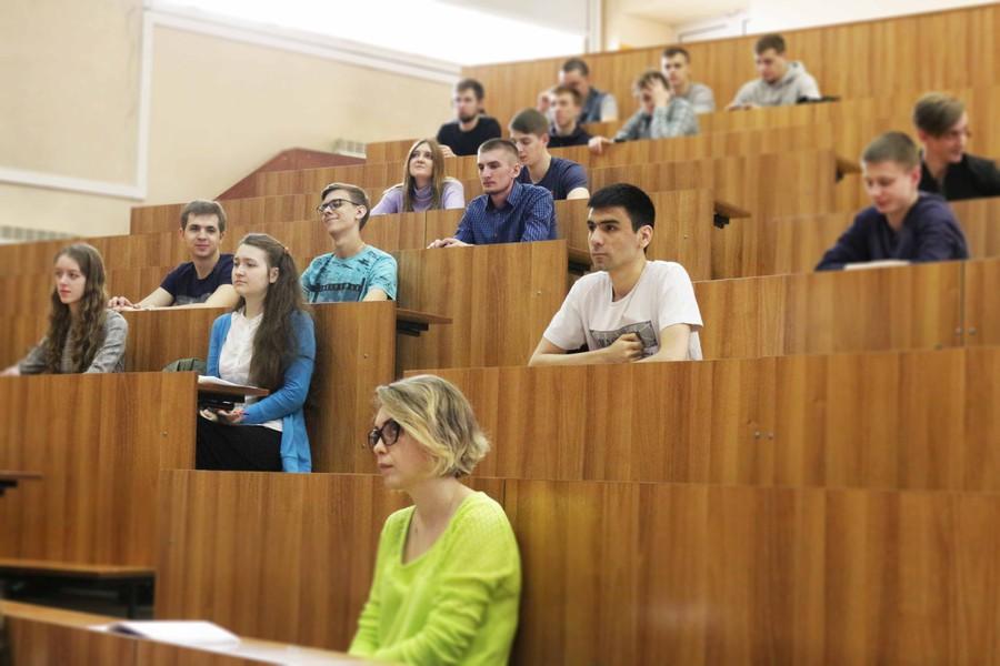 Каждая лекция сопровождалась массой вопросов от аудитории, касающихся производственной деятельности компании, организации работы в тех или иных направлениях и т.д.
